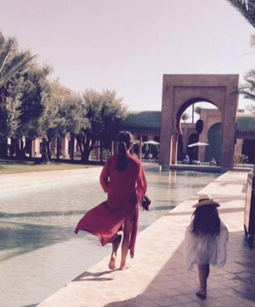 victoria Beckham et ça filles  et habillée de caftan marocain